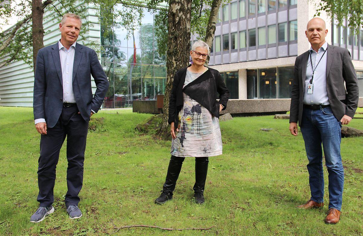 """Styreleder i EBAO (fra venstre) Asle Randen, juryleder Hanne Rønneberg og direktør i EBA O, Ole Henrik Ystehede lanserte """"Byggenæringens Klimapris"""" før sommeren. Nå er de spente på søknader og nominasjoner."""