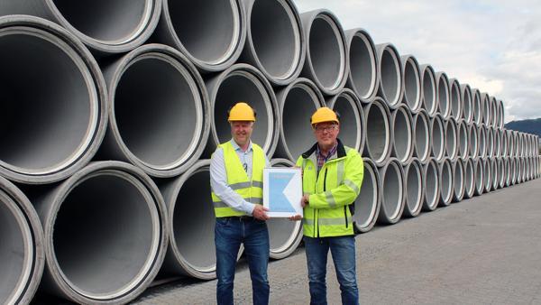 Eier Lars Loe (t.v.) og fabrikksjef Bjørn Tore Ødegård. Foto: Loe Rørprodukter
