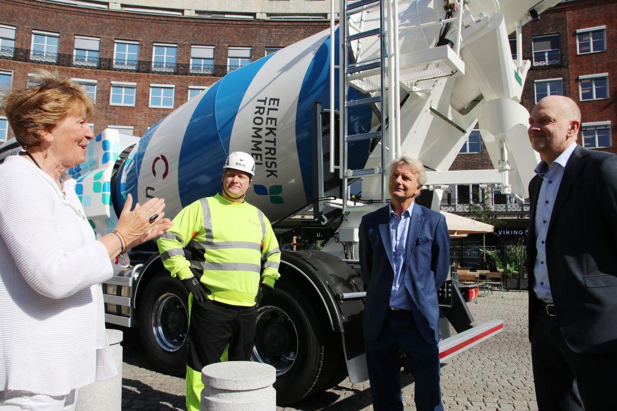 Marianne Borgen sto for avdukingen av de nye betongbilene i Oslo torsdag. Her sammen med transportør Johnny Teigen fra Easyteach og Bent Nygren og Eric Staurset i Unicon.