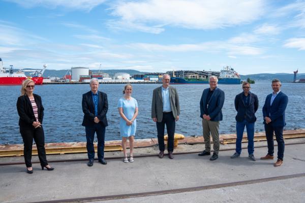 Fra venstre: Ann-Christin Andersen (Styreleder, Drammen havn), Jarle N. Hansen (teknisk sjef, Drammen havn), Gudveig Bellen Nordahl (HMS-leder, Drammen havn), Arild Moe (Administrerende direktør, NRC Group Norge), Erdil Kenar (prosjektleder, NRC Group Norge) og Peter Sundbø Norreen (prosjektsjef, NRC Group Norge). Foto: NRC