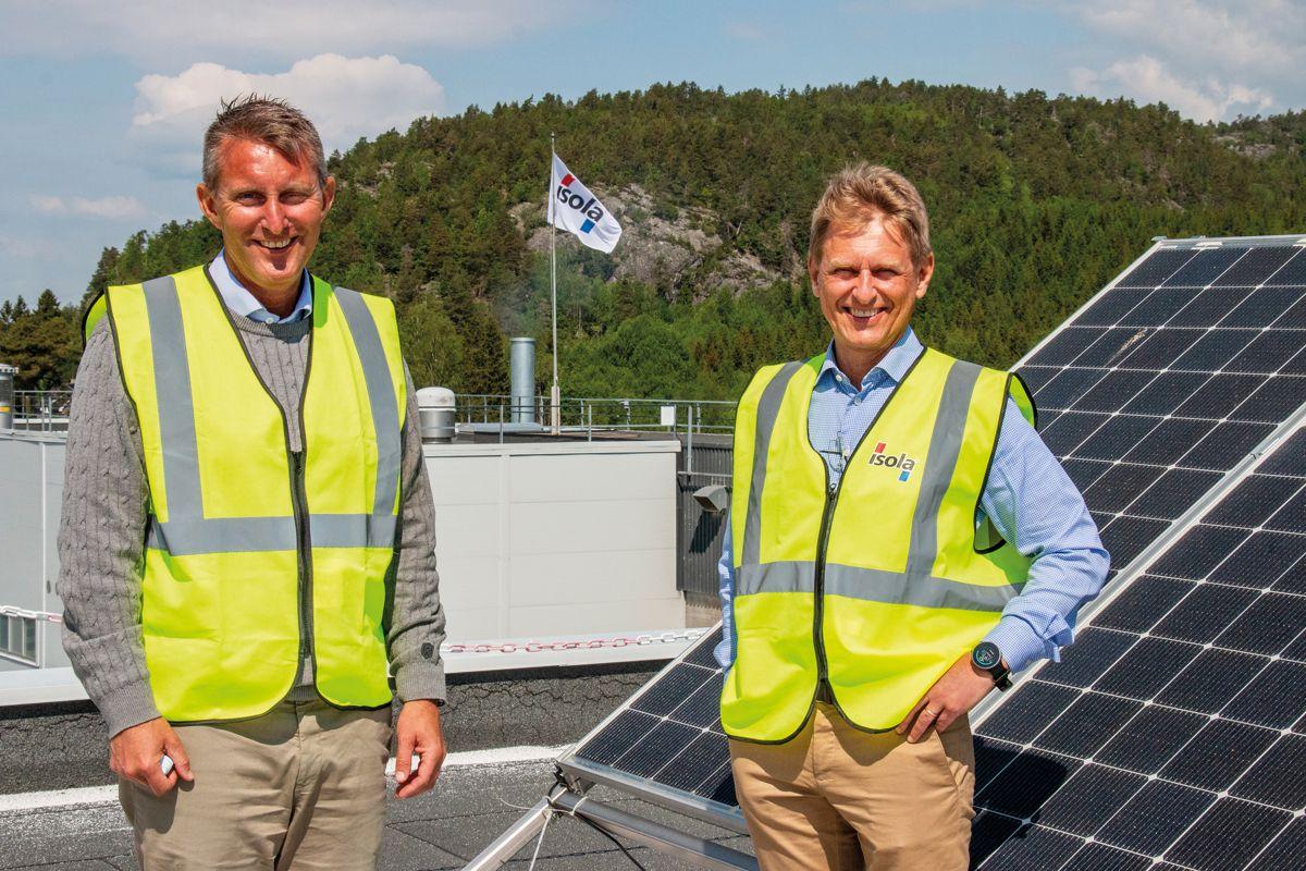 Ketil Johansen og Bjørnar Gulliksen i Isola for testanlegget de har montert på taket av bedriftens hovedkontor på Eidanger utenfor Porgrunn. Foto: Kjell Løyland/Skagerak Energi