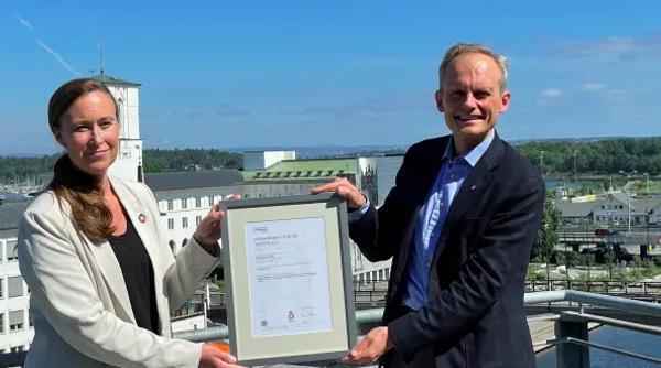 DNV har ISO 45001-sertifisert Norconsults norske virksomhet. Her er konsernsjef Egil Hogna med leder for avdeling styringssystem, kvalitet og HMS, Torhild Tøndel. Foto: Norconsult