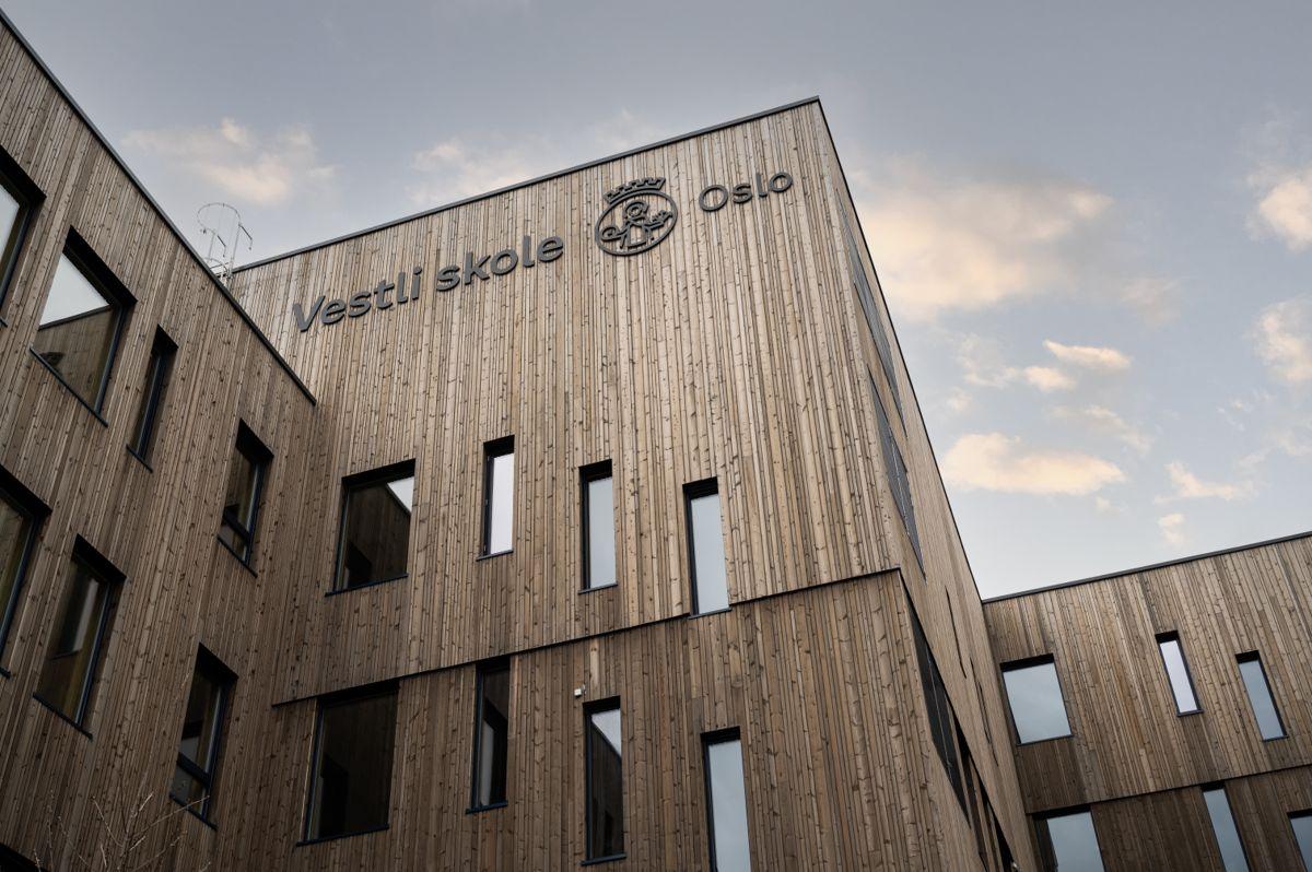 Vestli skole har fasader i malmfuru med skolens og kommunens logo . Foto: Finn Ståle Felberg