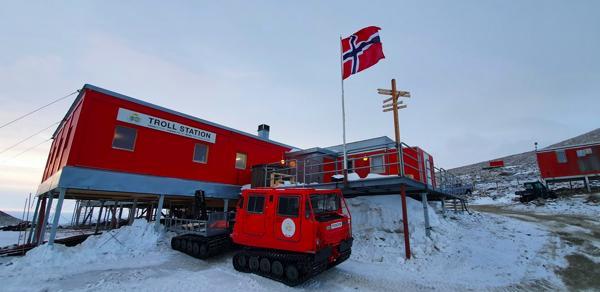 Den nye forskningsstasjonen skal bygges på samme sted som den gamle. Foto: Thomas Dretvik/Norsk Polarinstitutt.