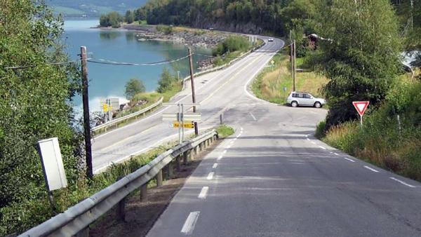 Dagens kryss i Randen sett fra fv. 51. Krysset skal flyttes ca. 200 meter østover for å bedre trafikksikkerheten. Foto: Statens vegvesen