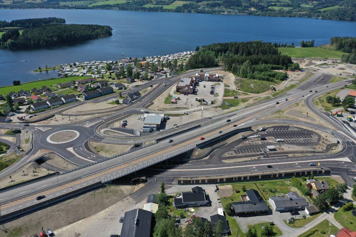 Peab Anlegg har bygget Moelvkrysset i en totalentreprise. Prosjektet omfatter cirka 1.100 meter firefelts motorvei, alle ramper og tilkomster til og fra E6, ca. 70 meter motorveibru over Storgata, to rundkjøringer, ny parkering for pendlere, busstopp, gang- og sykkelveier og omfattende omlegginger av en mengde rør og kabler.