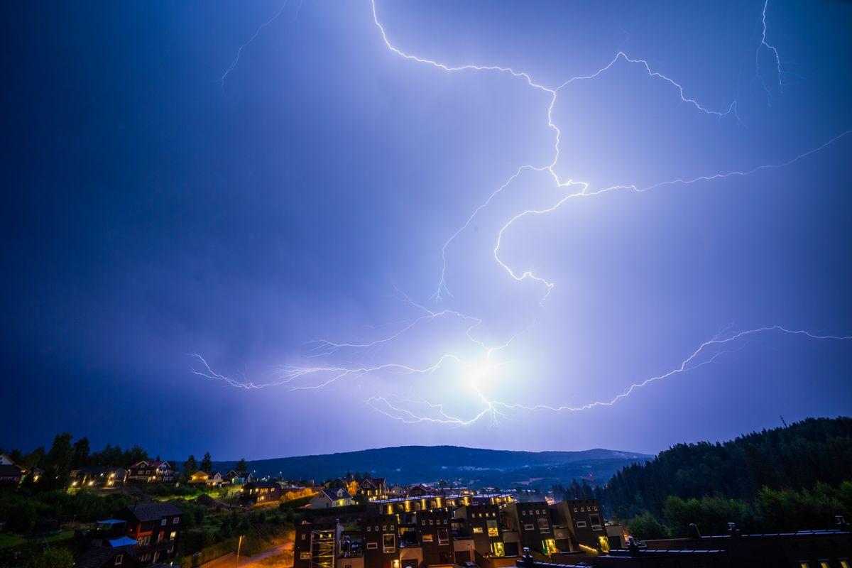 Her lyner det over Kruttverket i Nittedal. Foto: Stian Lysberg Solum / NTB