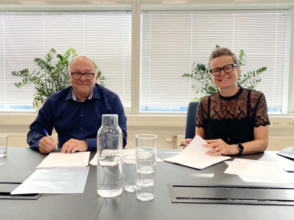 Steinar Myhre, konserndirektør anlegg i Skanska, og Anna Maria Aursund, direktør for Vann- og avløpsetaten i Oslo kommune, signerte kontrakten for bygging av tunnelen. Foto: Skanska