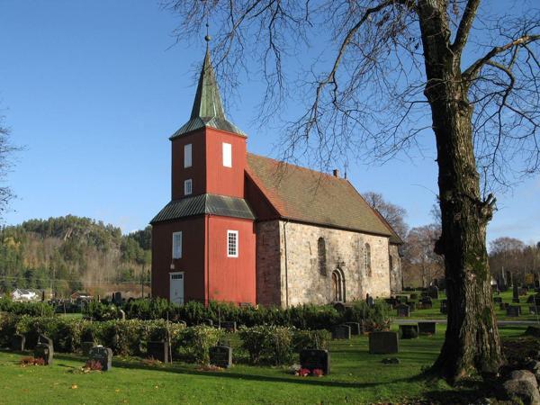 Hedrum middelalderkirke i Larvik er blant kirkene som har fått tilskudd til klimaskallsikring. Foto: Eva Smådahl, Riksantikvaren