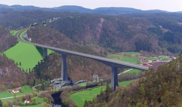 Brua over Audna i Lindesnes kommune blir den største konstruksjonen med en lengde over 550 meter og seilingshøyde på mer enn 100 meter. Illustrasjon: Nye Veier