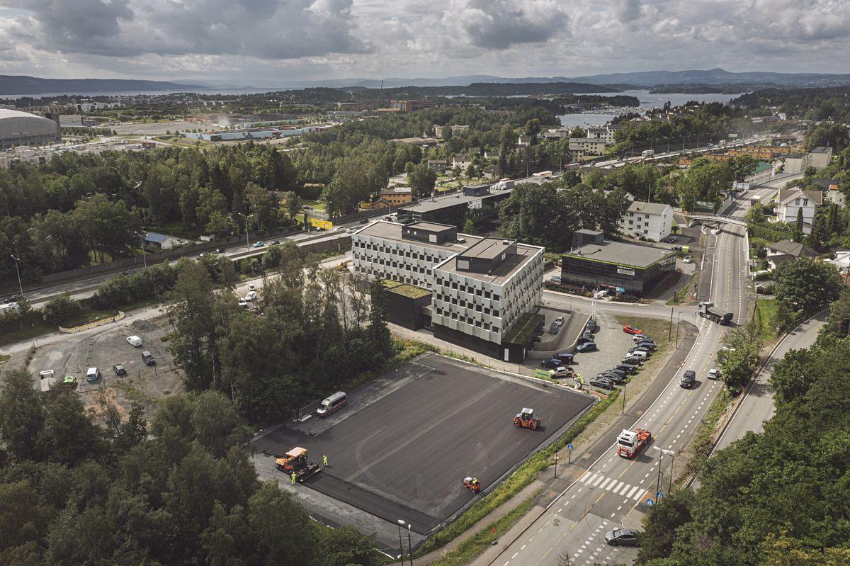 På riggområdet til E18 Vestkorridoren på Lysaker legges det for første gang klimanøytral asfalt. Foto: Benjamin A. Ward