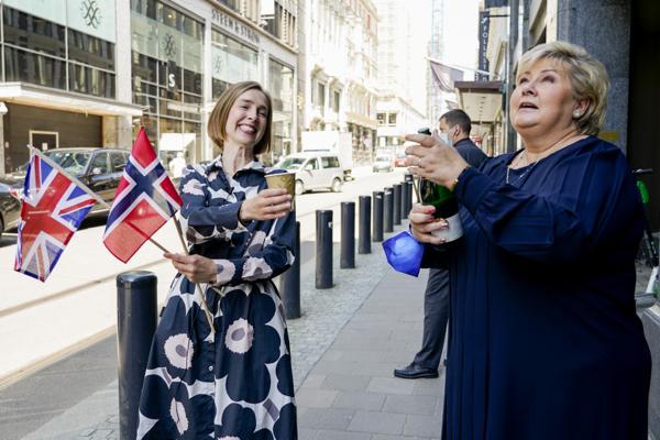 En snau måned etter at statsminister Erna Solberg og næringsminister Iselin Nybø skålte i champagne etter gjennombruddet i frihandelsforhandlingene med britene er avtalen undertegnet. Arkivfoto: Gorm Kallestad / NTB