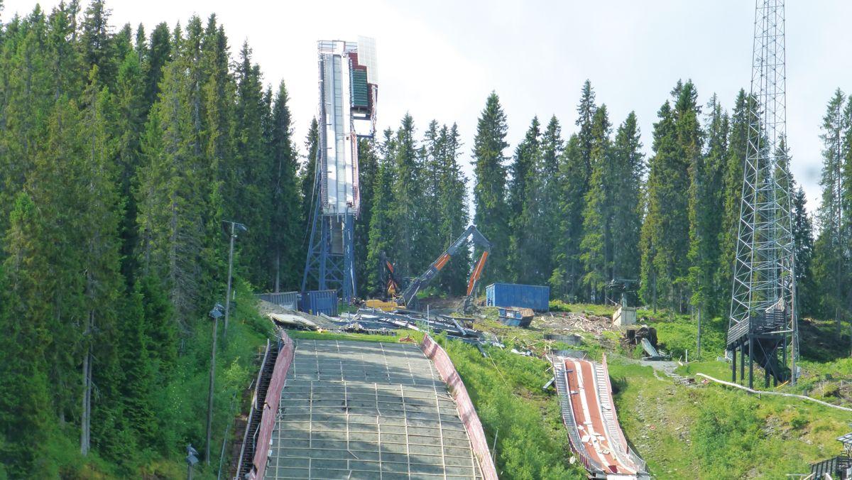 NCC er i full gang med fornyelsen av skianlegget i Granåsen. Det hele skal stå ferdig til vinteren 2023 da den nye bakken skal brukes i Raw Air-konkurransen. Foto: Arne Sellæg