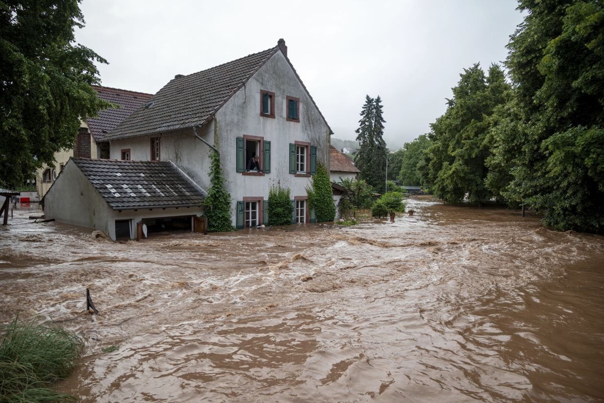 Gater er forvandlet til elver i Erdorf i Rheinland-Pfalz i Tyskland. Foto: Harald Tittel / dpa via AP / NTB