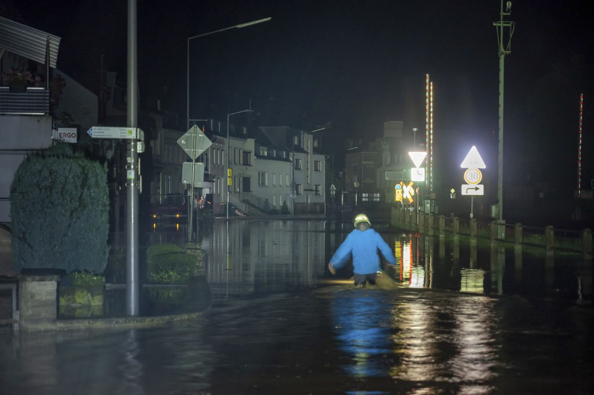 En brannmann i dypt vann i Kordel i Rheinland-Pfalz i Tyskland. Foto: Harald Tittel / dpa via AP / NTB