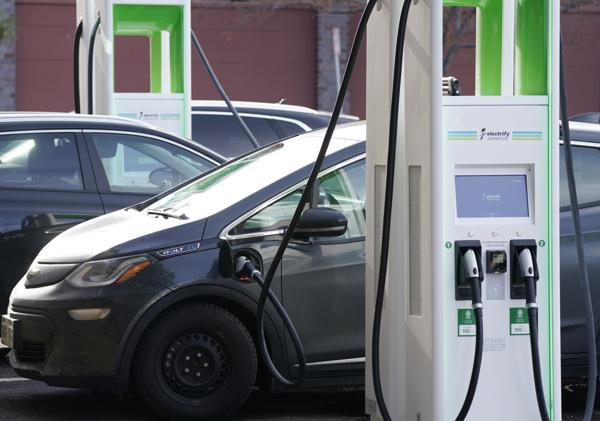 GM tilbakekaller elbiler etter at flere har begynt å brenne under og etter lading. Foto: AP / NTB