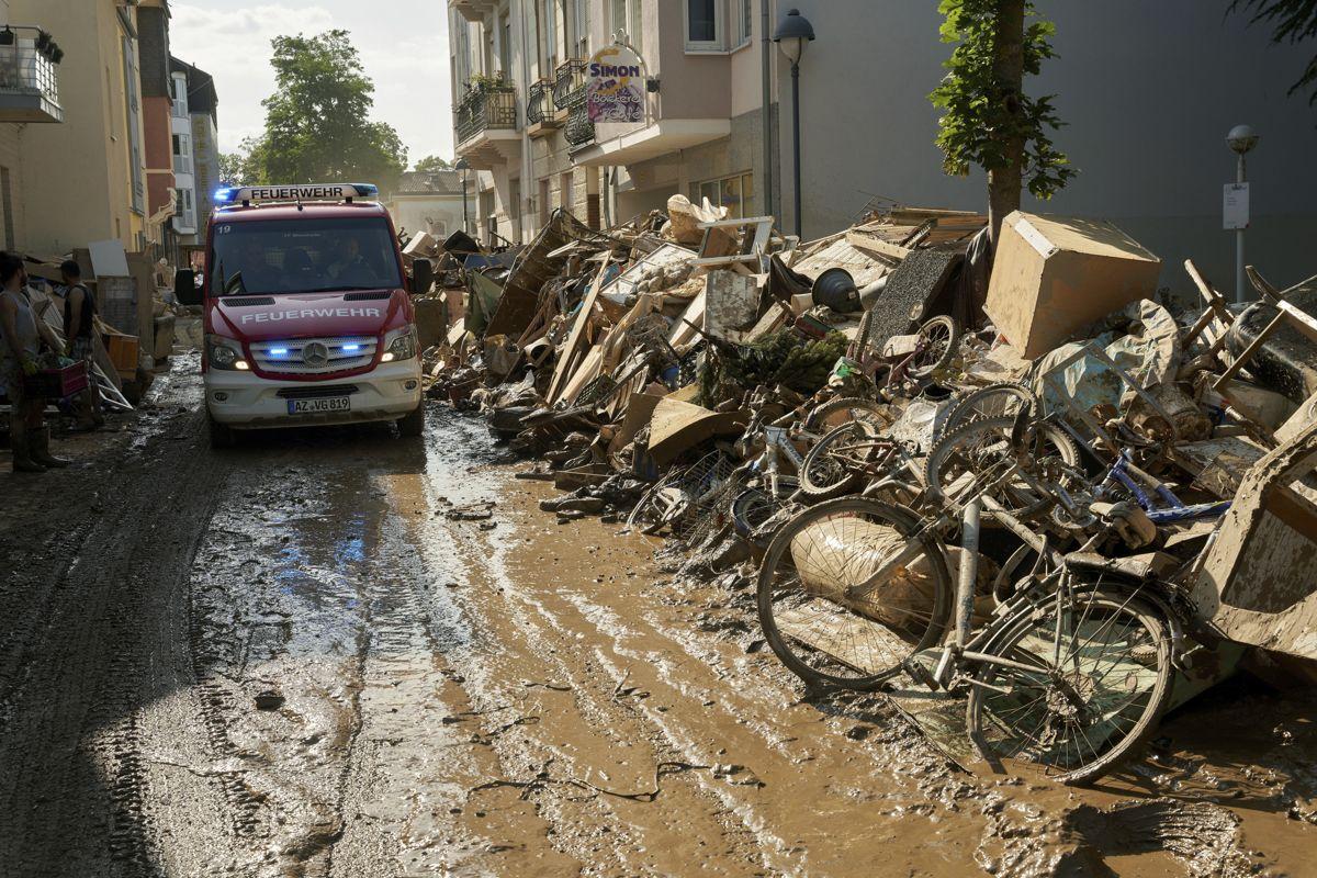 En trang gate i Bad Neuenahr ble til en frådende foss som rev med seg alt. Foto: AP / NTB