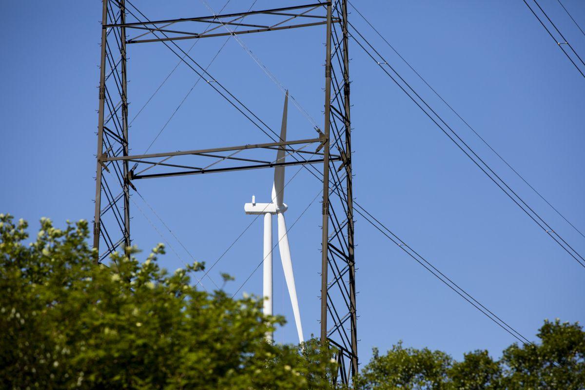 Selv om vindkraften har hatt en betydelig vekst i de siste årene, er det fortsatt vannkraft som dominerer. Vannkraft utgjorde 93,1 prosent, mens varme- og vindkraft utgjorde 1,2 og 5,7 prosent. Illustrasjonsfoto: Tore Meek / NTB
