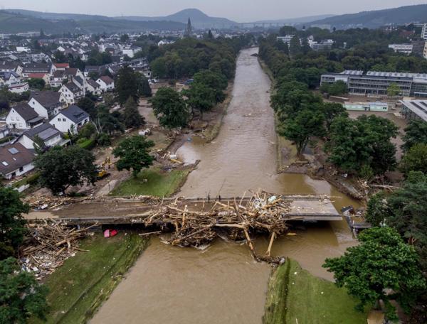 Tyske myndigheter anslår at oversvømmelsene har gjort skader for rundt 2 milliarder euro på veier og jernbanen i flomområdene. Blant annet er flere broer ødelagt, som her over elven Ahr. Foto: Michael Probst / AP / NTB