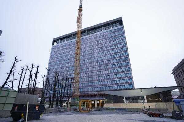 Høyblokka i regjeringskvartalet er i ferd med å tilbakeføres til sin opprinnelige arkitektoniske form. Foto: Lise Åserud / NTB
