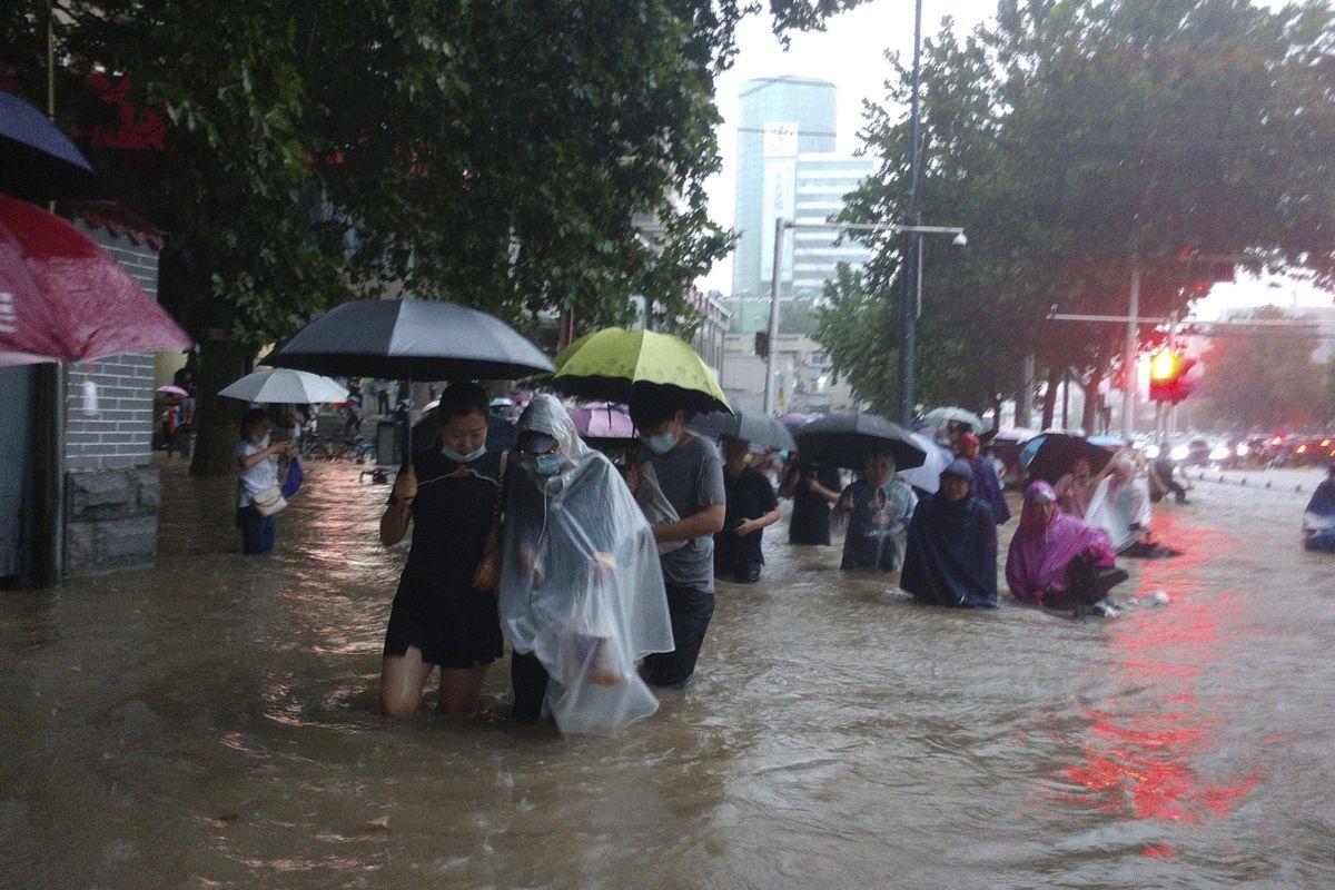 Kraftig flom i Zhengzhou i Henan-provinsen. Tusener er evakuert. Foto: AP / NTB