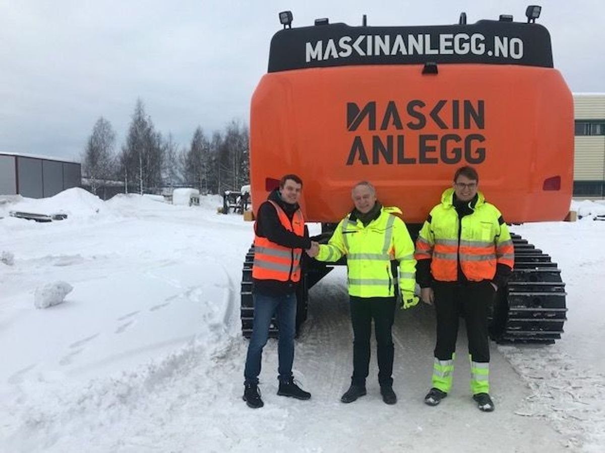 Jonas Strande i Pon Equipment (fra venstre), John Petter Helset i Maskinanlegg og Cat 352FLXE-sjåfør Claus Kviesgaard. Foto: Pon Equipment