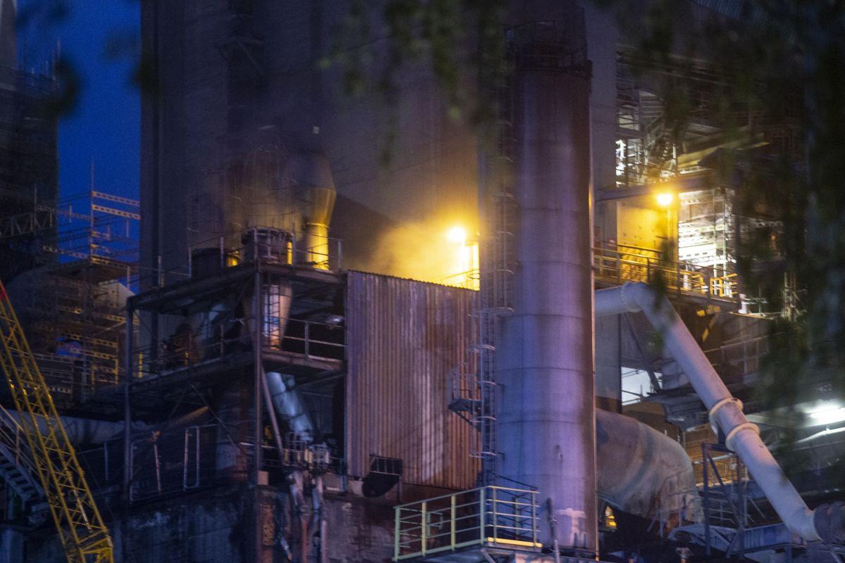 Det brenner mandag kveld i kullanlegget hos Norcem i Brevik. Brannmannskapene fikk kontroll over flammene etter en drøy times arbeid. Foto: Trond Reidar Teigen / NTB