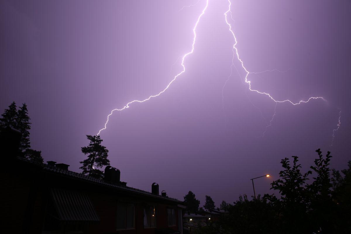 Natt til tirsdag var det mye lyn og torden flere steder i landet. Her slår lynet ned over Oslo i 2019. Foto: Cornelius Poppe / NTB