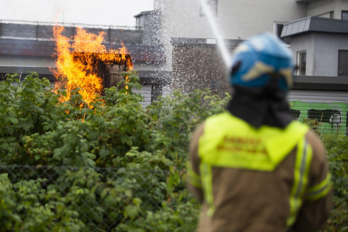 Det brenner flere steder langs jernbanelinjen i området rundt Sandefjord. Politiet jobber med å få oversikt over omfanget. Foto: Trond Reidar Teigen / NTB