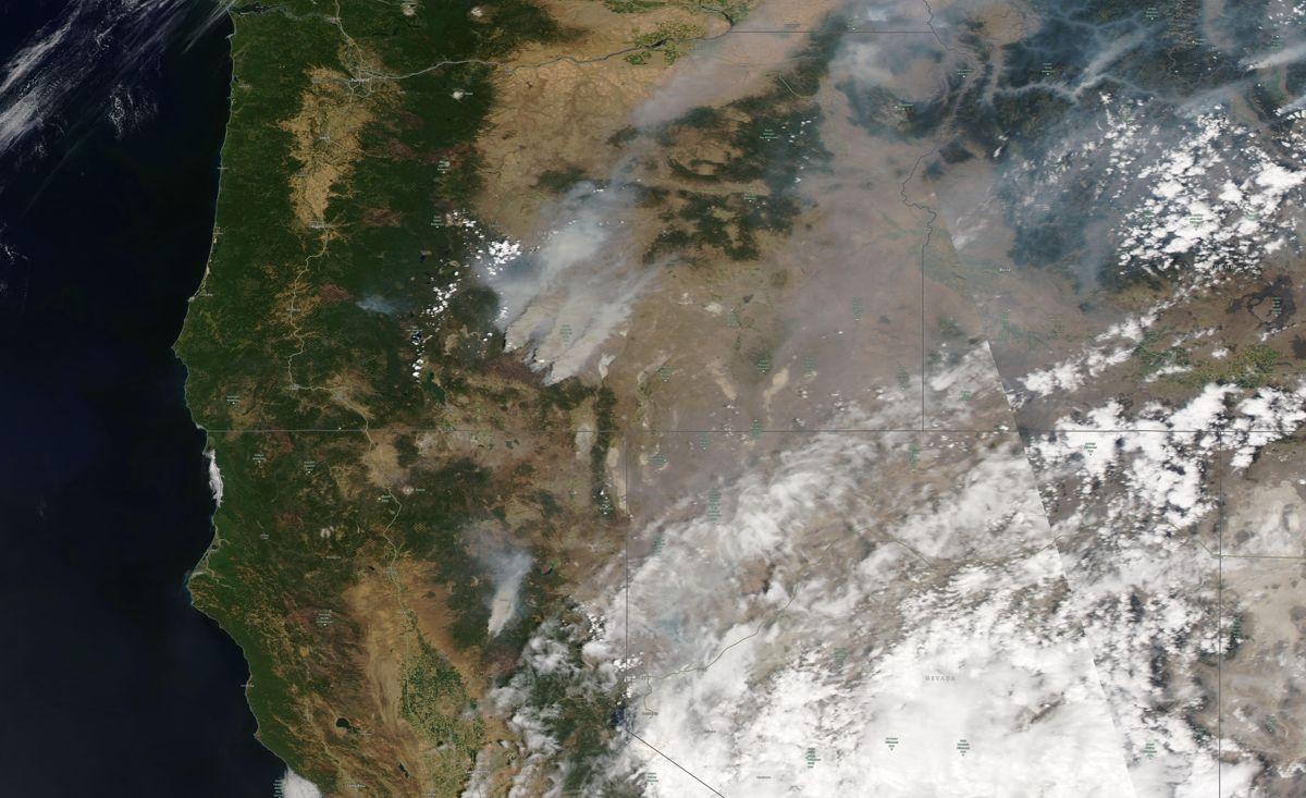 Siden 2019 har det vært «en usedvanlig stor økning» i klimarelaterte katastrofer, som flom og skogbranner, påpeker en gruppe forskere. På satellittbildet ses skogbrannene i Oregon, Idaho, og Nord-California. Foto: Satellite image ©2021 Maxar Technologies via AP / NTB