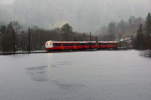Illustrasjonsfoto fra flom på Bolstadøyri i 2014. Bane Nor opplyser i 9-tiden torsdag at vannet ved stasjonen har trukket seg tilbake. Foto: Vidar Herre / Hordaland / NTB