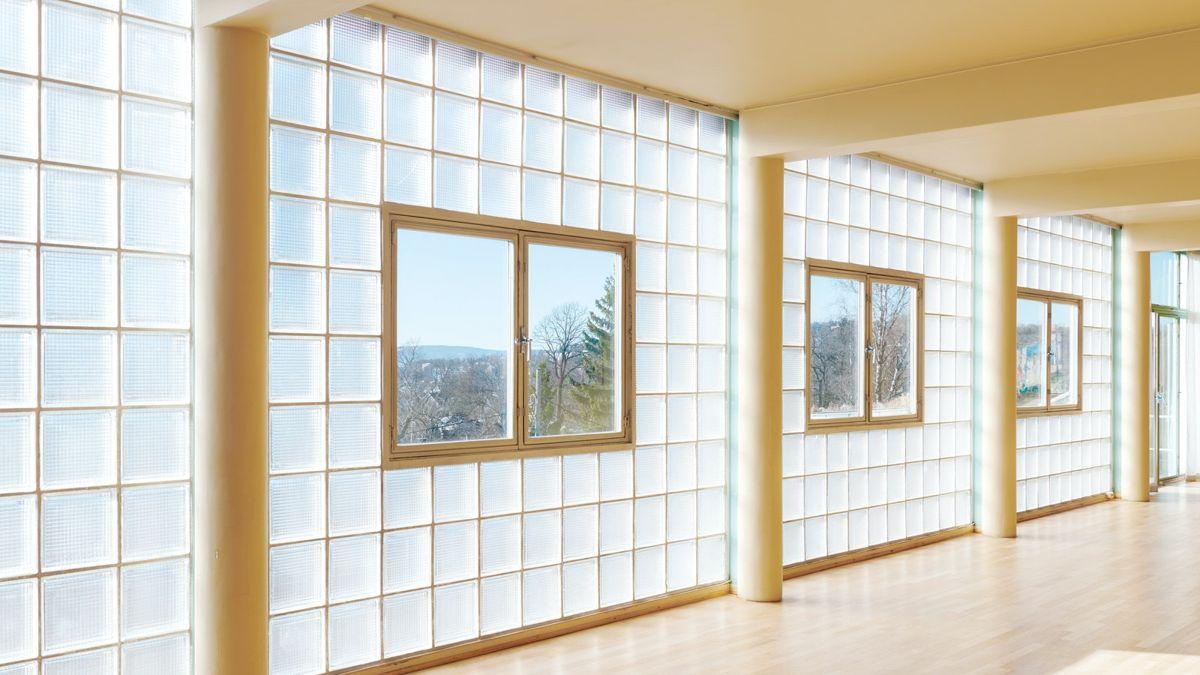 Fasaden med glassbyggestein skulle slippe lys, men ikke solskinn inn til kunsten. Arne Korsmo ville egentlig kun ha glassbyggestein, men fru Stenersen ville ha vinduer så hun kunne se ut. Foto: Statsbygg