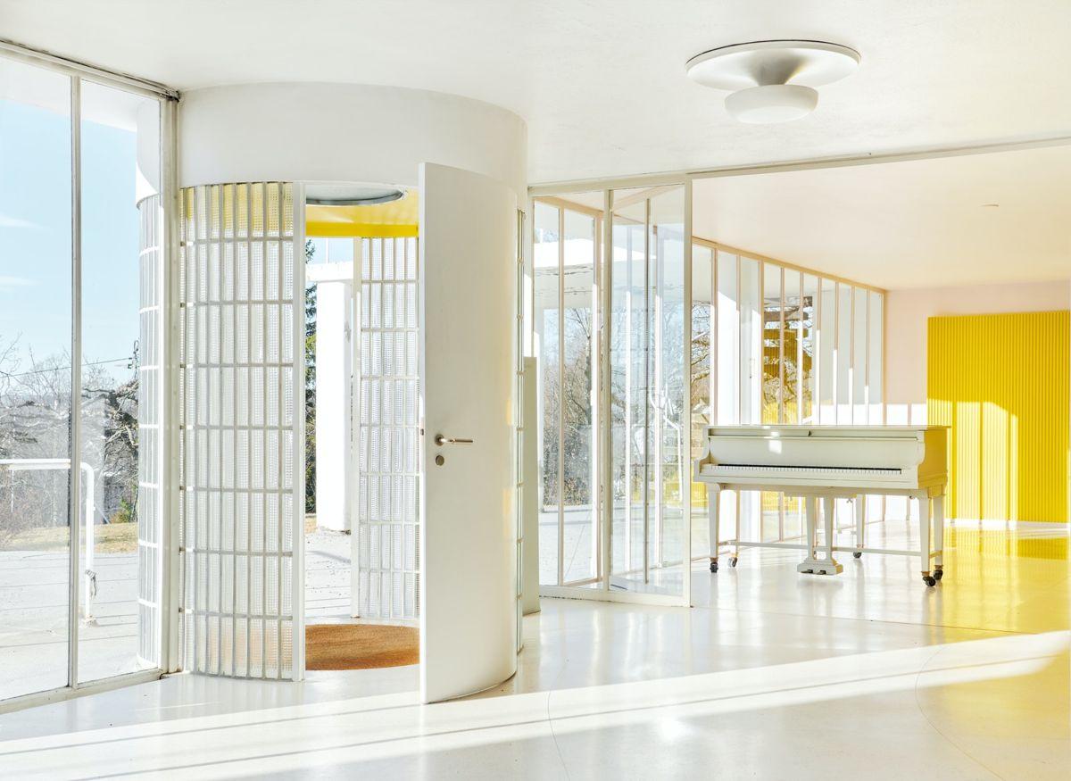 Utstrakt bruk av glass i fasaden visker ut skillet mellom ute og inne i Villa Steners. Foto: Statsbygg