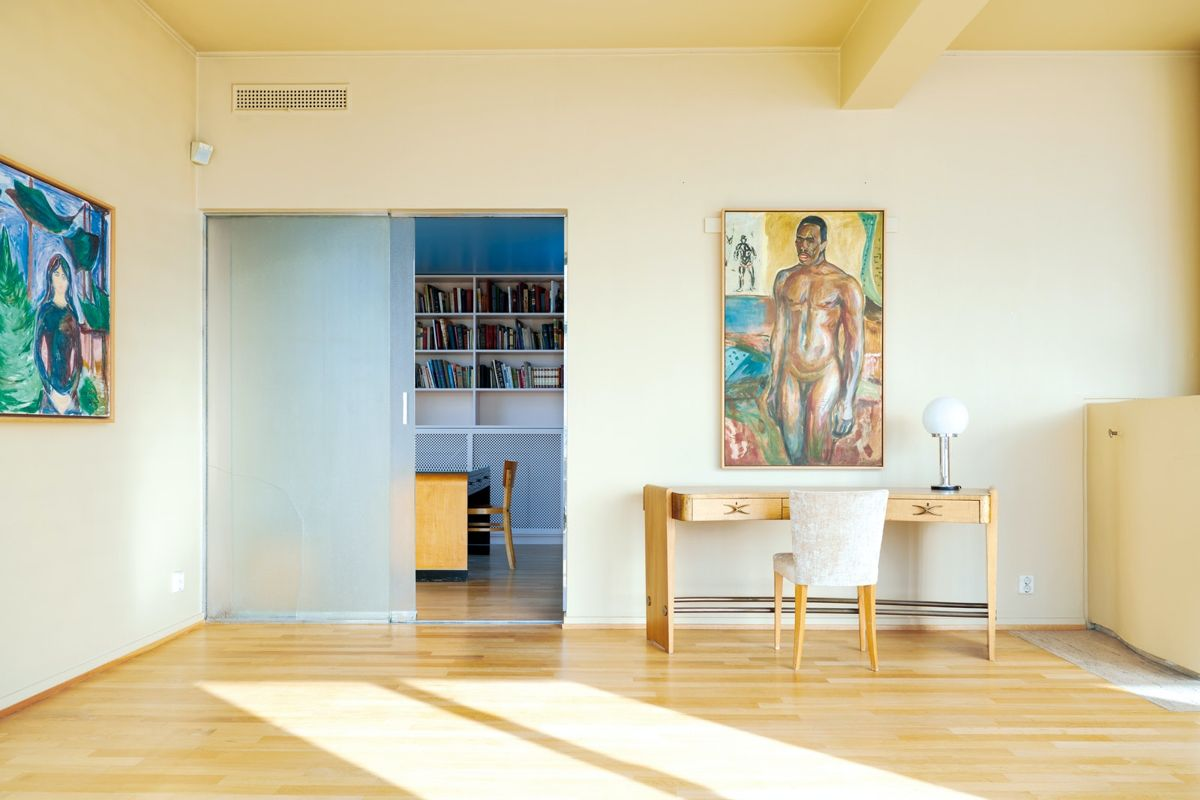 Biblioteket er skilt fra stuen med en glassdør. Foto: Statsbygg