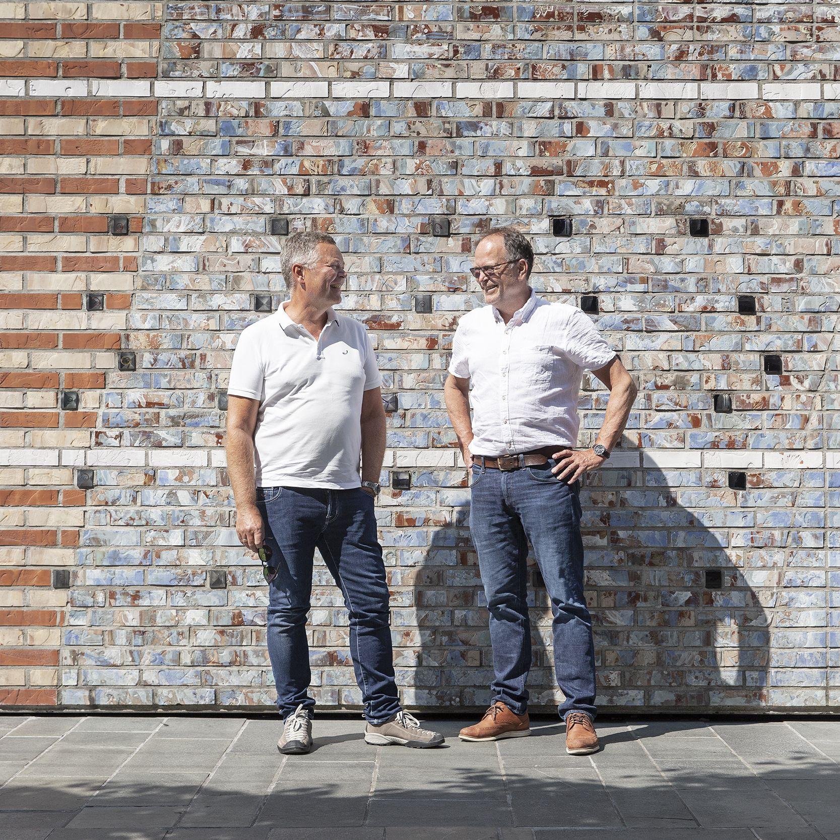 Christian Nørgaard Madsen (til venstre) sammen med Lars Haukeland utenfor Oslo Spektrum. Dette var kontorets første prosjekt og til høsten skal LPO fortsette arbeidet med å videreutvikle det ikoniske bygget til en moderne storarena, ikke bare for konserter, men nå også for konferanser. Foto: LPO arkitekter