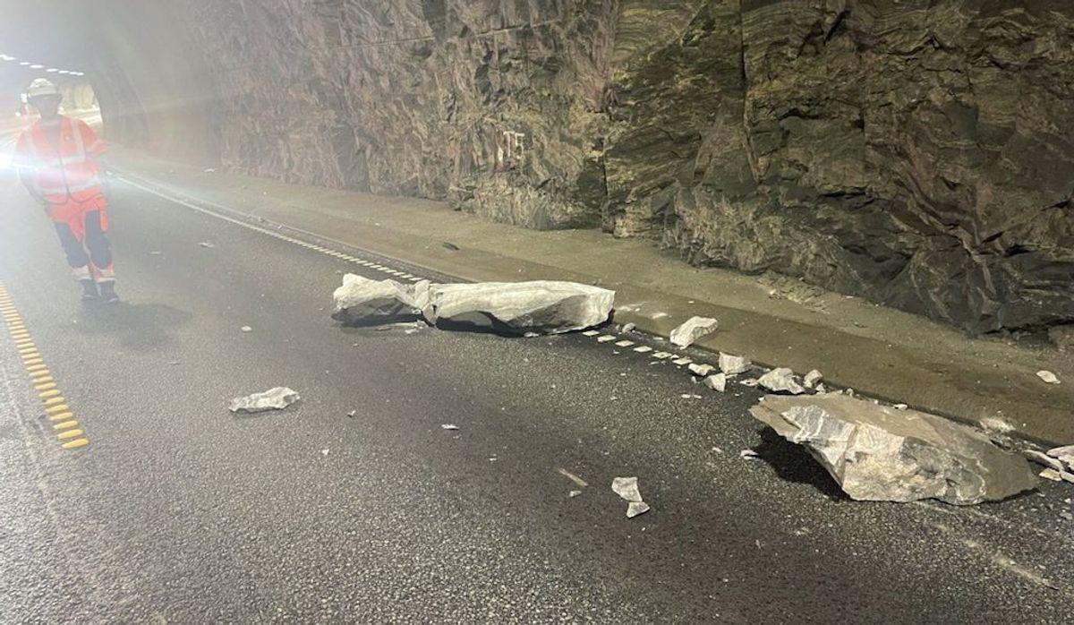 Her kan man se den ett tonn tunge steinblokken som raste ut inne i Trodaltunnelen og traff en bil. Foto: Mesta