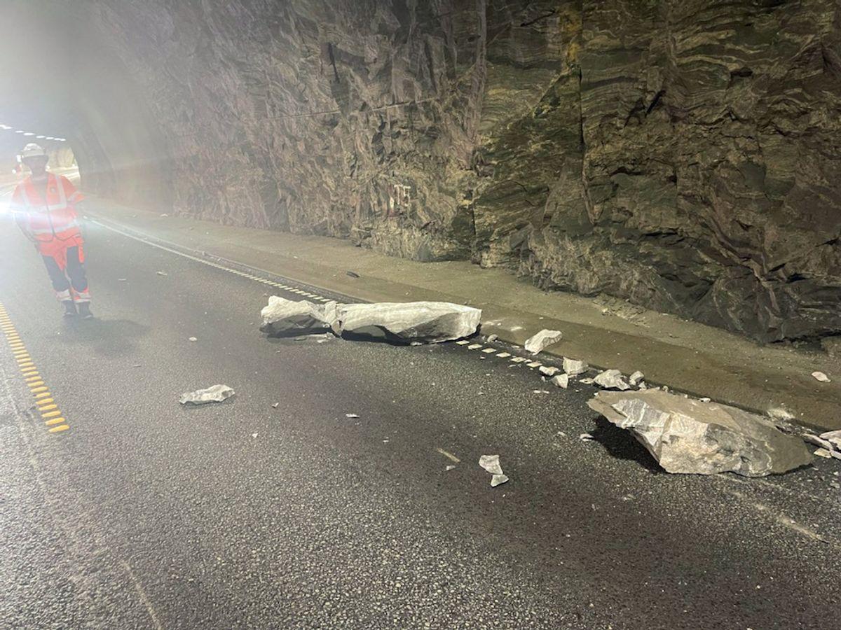 En bil ble totalvrak da en stein falt ned i Trodaltunnelen på E39 torsdag. Foto: Mesta / NTB