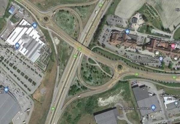 I E6-krysset på Hvam ved Olavsgård skal på- og avkjøringsrampene i henholdsvis sørgående og nordgående retning utvides for å gi plass til kollektivfelt. Foto: Google Maps