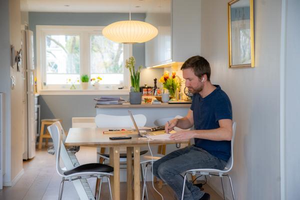 Halvparten av deltakerne i spørreundersøkelsen til Norsk Eiendom om hjemmekontor mener at den faglige utviklingen har blitt dårligere. Illustrasjonsfoto: Thomas Brun / NTB