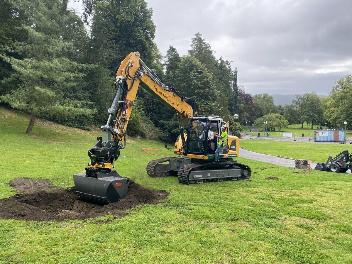 Bergen kommunes byråd for klima, miljø og byutvikling Thor Haakon Bakke (MDG) fikk æren av å ta det første gravetaket i Nygårdsparken.