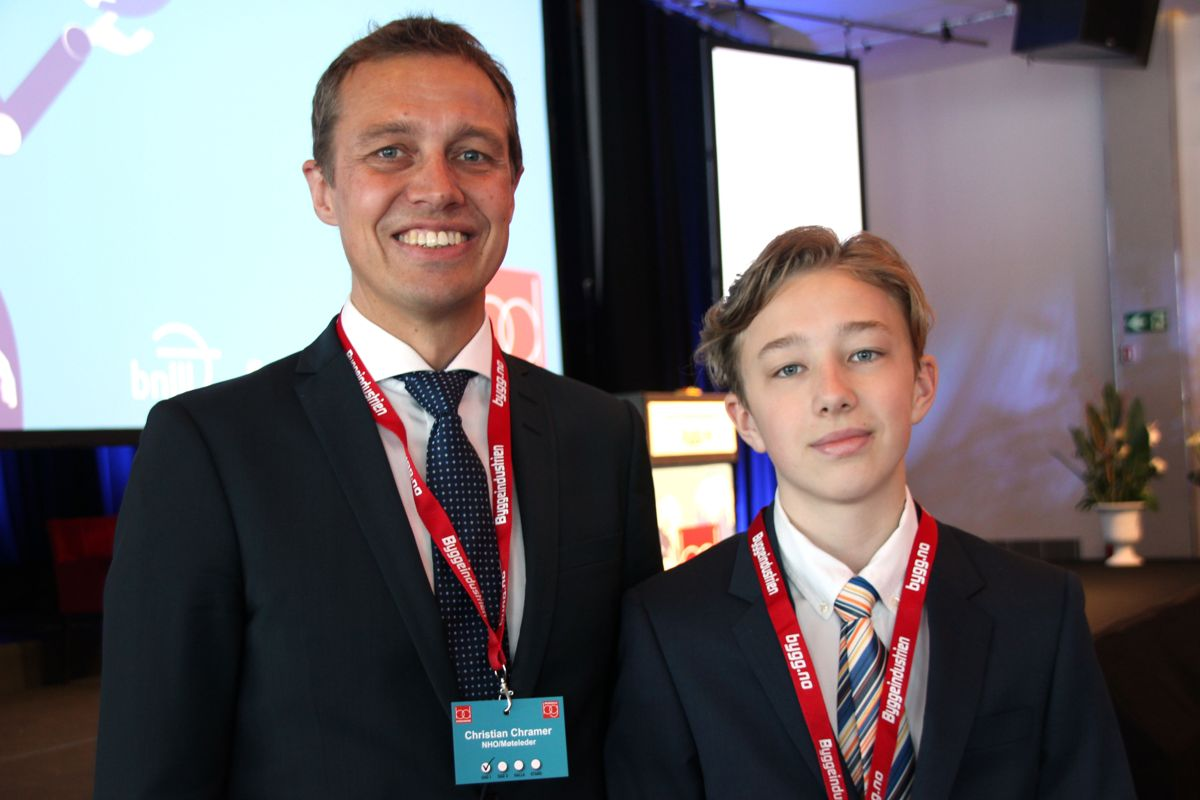 <p>Byggedagenes møteleder Chrstian Chramer hadde med sønnen Magnus (13) på jobb på åpningsdagen av Byggedagene. Foto: Svanhild Blakstad</p>