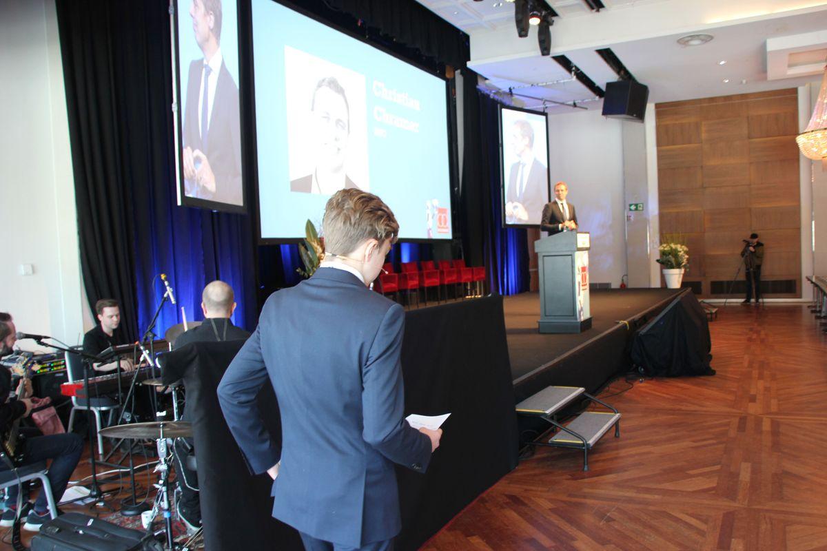 ILDDÅP: Møteleder Christian Chramer inviterer sin sønn Magnus opp på scenen for å Byggedagene 2018. Foto: Svanhild Blakstad