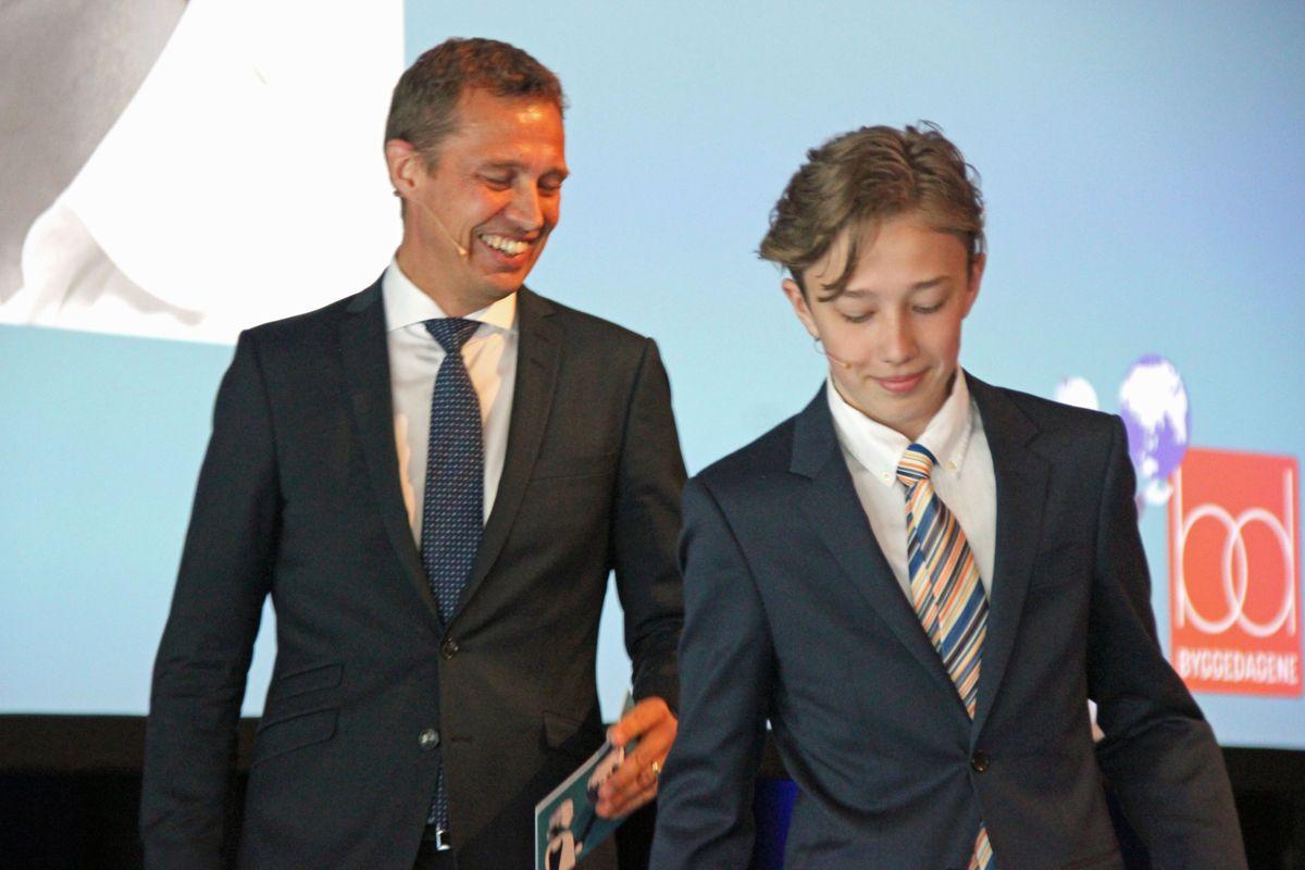 Her har 13-årige Magnus Chramer nettopp introdusert BNL-sjef Jon Sandnes som første taler på Byggedagene. Foto: Svanhild Blakstad