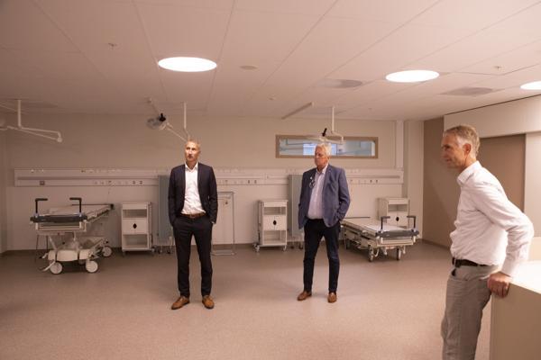 Ståle Rød (f.v.) Stein Kinserdal og Tom Einertsen på omvisning i det nye sykehusbygget. Foto: Sykehuset i Vestfold