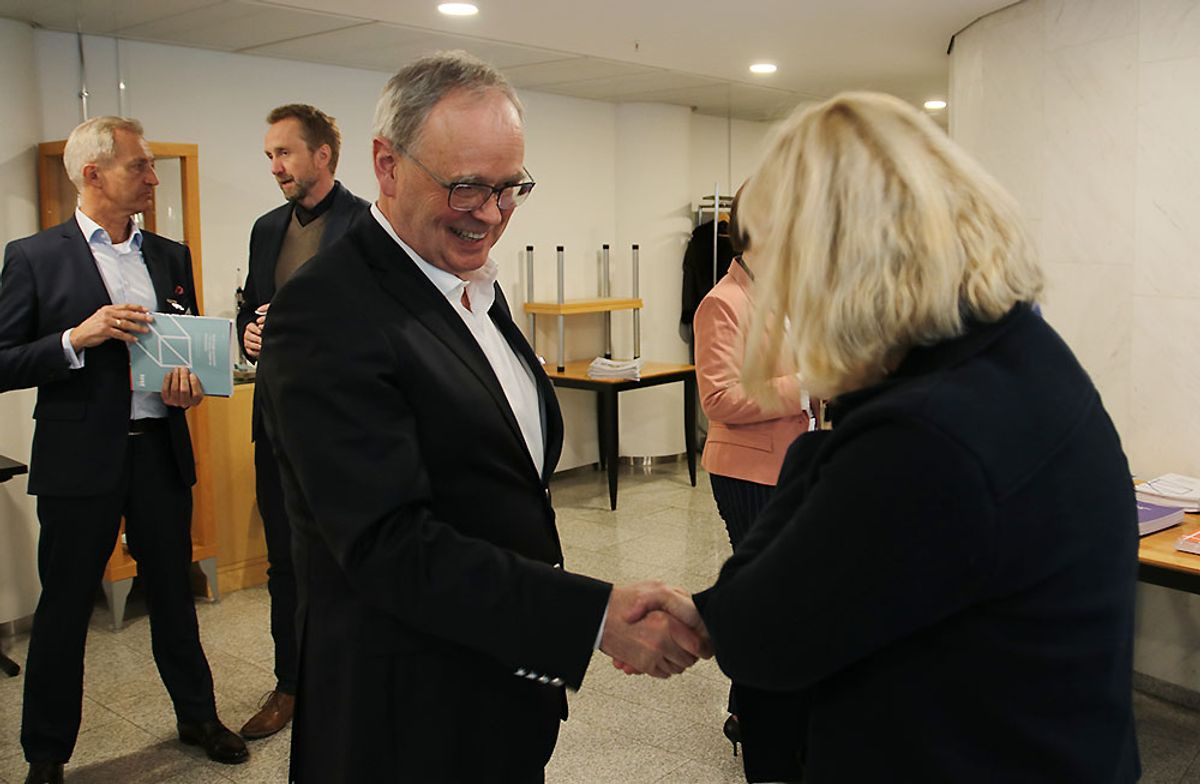 Direktør Sverre Tiltnes hilser på kommunal- og moderniseringsminister Monica Mæland.