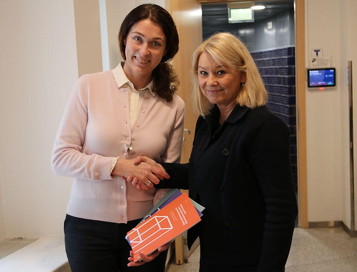 <p>Kommunal- og moderniseringsminister Monica Mæland fikk overlevert de tre første Bygg21-rapportene med forslag til forbedringer i bygge- og eiendomssektoren fra styreleder i Bygg21, Sissel Leire.</p>