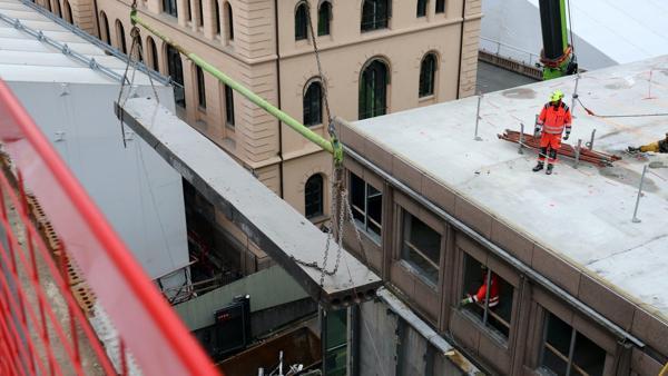 Hulldekker fra det gamle regjeringskvartalet skal brukes på nytt i den nye storbylegevakten i Oslo. Foto: Skanska