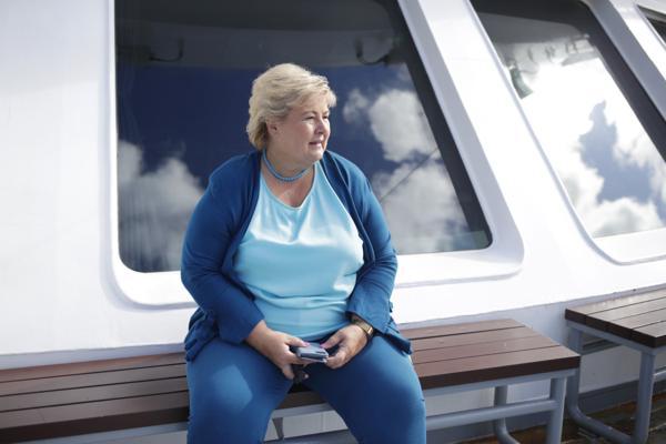Statsminister Erna Solberg (H) under en fergetur på Ranavik-Skjersholmane i Sunnhordland. Foto: Javad Parsa / NTB