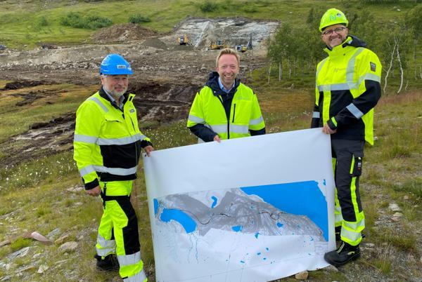 Fra venstre: Frode Nilsen i LNS, statssekretær John-Ragnar Aarset og prosjektsjef i Nye Veier, Steinar Rask. Foto: Henrik Jonassen/ Samferdselsdepartementet