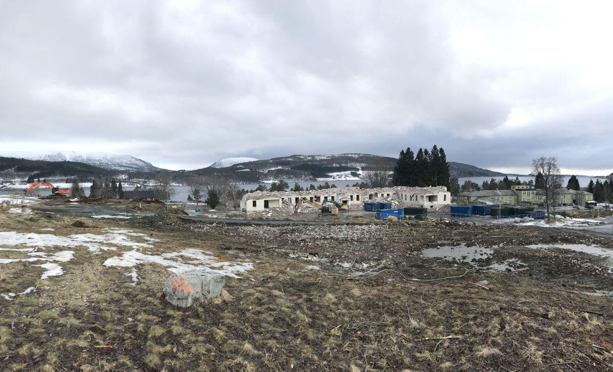 Rivingen av bygningsmassen ved psykiatrisk avdeling Hjelset er i full gang, for å gjøre klart til nytt fellessykehus for Nordmøre og Romsdal. Foto: Svanhild Blakstad